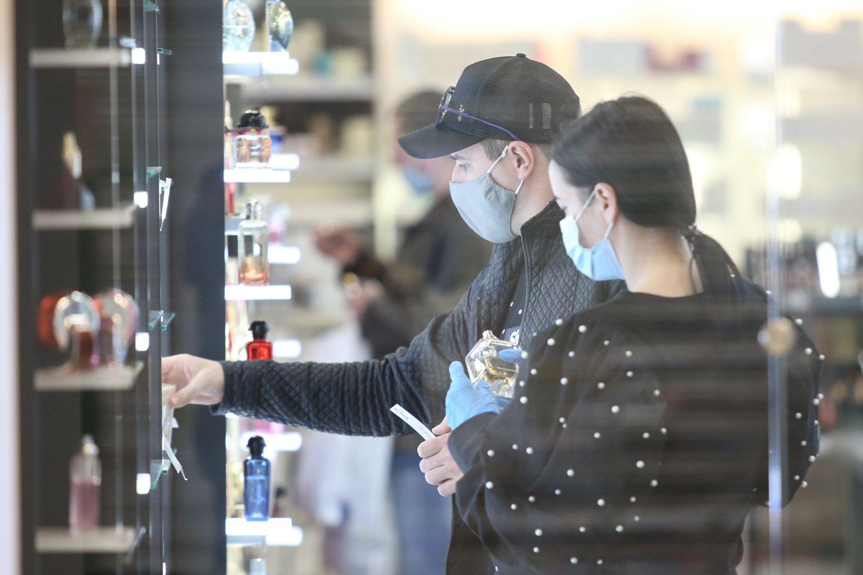 Pirmadienį veiklą leidus atnaujinti iki šiol neveikusioms didelių prekybos centrų parduotuvėms, tik atsidarius prie kai kurių jau driekėsi nedidelės eilės.<br>R.Danisevičiaus nuotr.