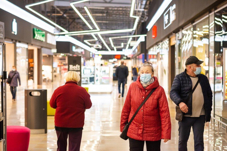 Pirmadienį veiklą leidus atnaujinti iki šiol neveikusioms didelių prekybos centrų parduotuvėms, tik atsidarius prie kai kurių jau driekėsi nedidelės eilės.<br>R.Ančerevičiaus/jp.lt nuotr.