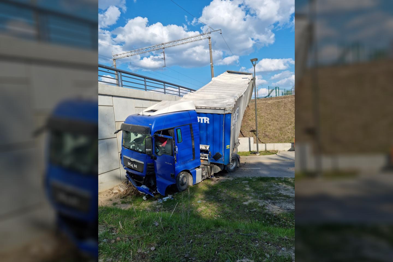 Pirminiais duomenimis, vilkiko vairuotojas prie vairo prarado sąmonę.<br>Facebook gr./Šarūno U. nuotr.