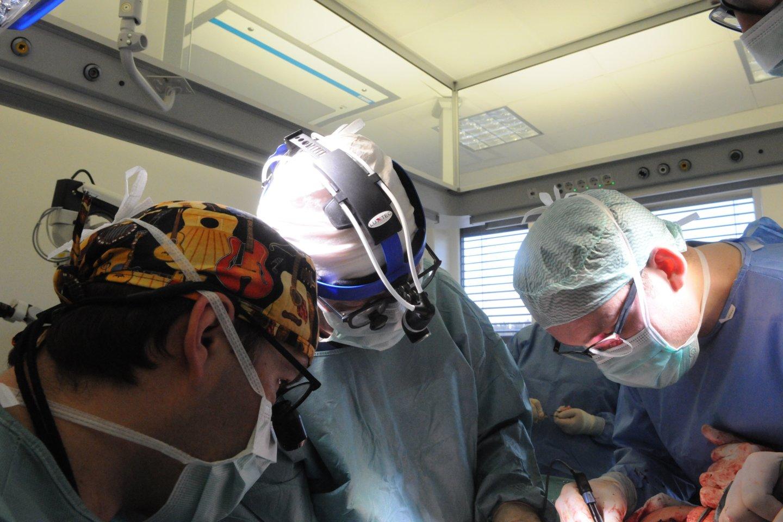 Profesorius Kęstutis Vitkus operacijos metu.<br>Petro Katauskio nuotr.