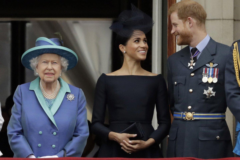 Elizabeth II, Meghan Markle ir princas Harry.<br>AP/ Scanpix nuotr.