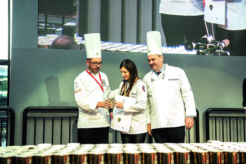 Pernai iš pasaulio kulinarijos olimpiados konditerininkė D.Valentienė grįžo su aukso medaliu.<br>Nuotr. iš asmeninio albumo.