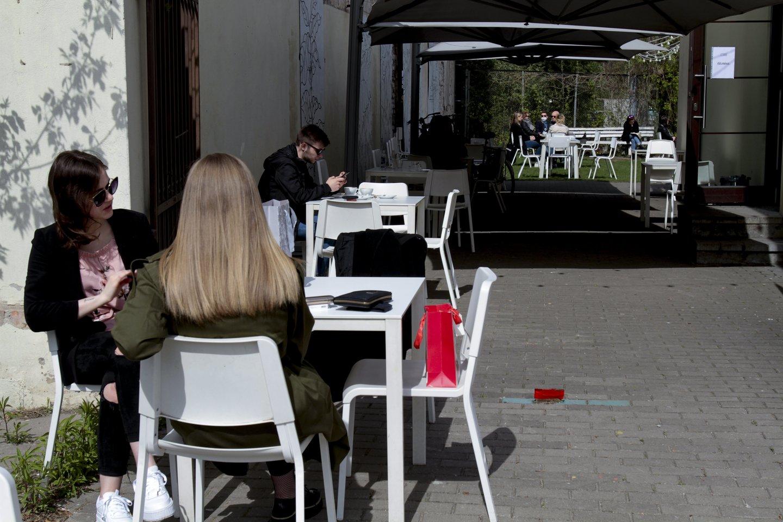 Atveriamos lauko kavinės, leidžiama lankyti artimuosius ligoninėse.<br>V.Ščiavinsko nuotr.