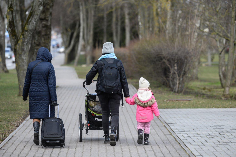 Palanga, karantinas, judėjimo apribojimai panaikinti, turistai, emigracija, mama ir vaikas, vaikai, šeima, tėvai, išmokos<br>V.Skaraičio nuotr.