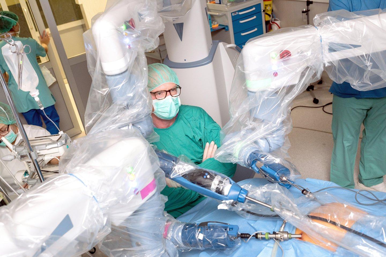 """Klaipėdos universitetinėje ligoninėje – pažangiausias storosios žarnos vėžio gydymas. Operacijos čia atliekamos pasitelkus keturių rankų robotinę sistemą """"Senhance""""."""