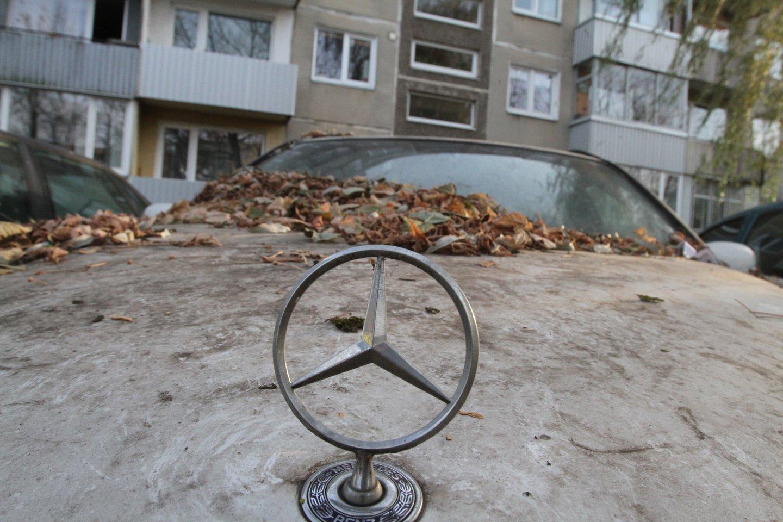 Seimas sugriežtino atsakomybę už neeksploatuojamų automobilių laikymą bendrojo naudojimo kiemuose.<br>M.Patašiaus nuotr.
