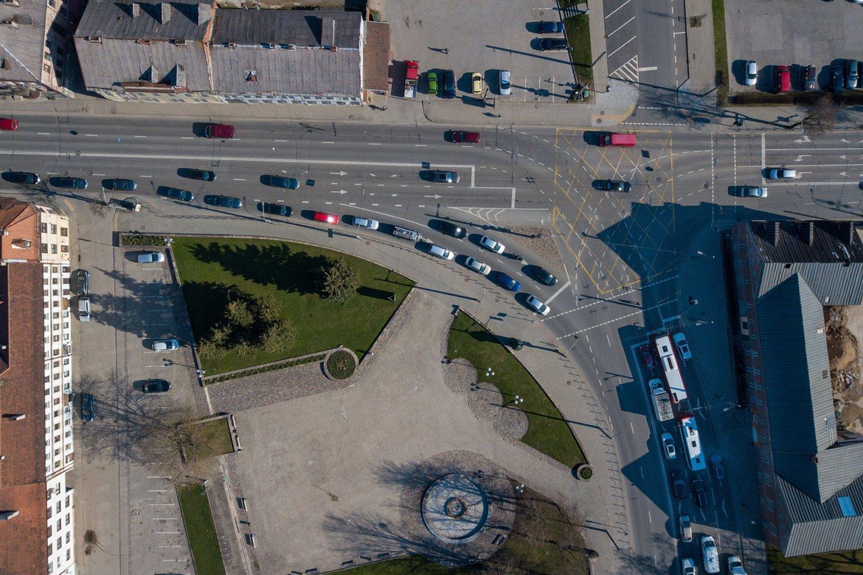 Pastaraisiais metais Kaune intensyviai tvarkytos gatvės pareikalavo nemažai kantrybės iš vairuotojų bei kitų eismo dalyvių.<br>Pranešėjų spaudai nuotr.