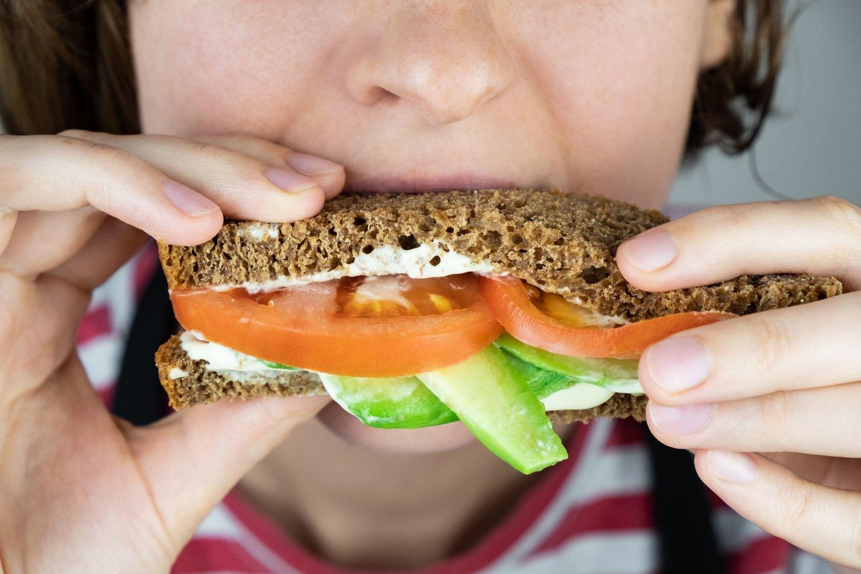 Renkantis duoną patartina vertinti ne tik ant pakuotės esančius užrašus, bet ir atkreipti dėmesį į skaidulinių medžiagų kiekį.<br>123rf nuotr.