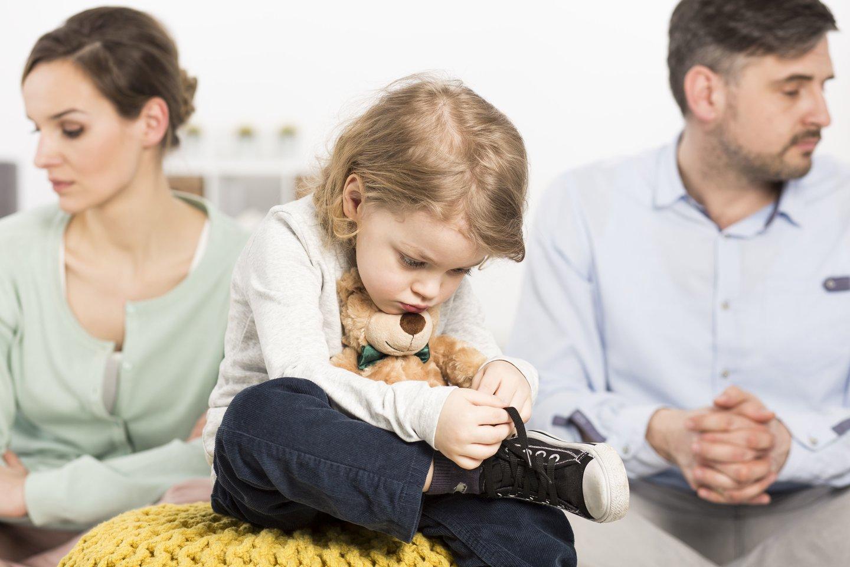 Tėvų atstūmimo sindromu specialistai vadina tėvų atstūmimo proceso paveikto vaiko elgesį. Vaiko elgesys iš mylinčio savo skyrium gyvenantį tėtį/mamą tampa jo bijančiu, jį niekinančiu, jo nekenčiančiu.<br>123rf nuotr.