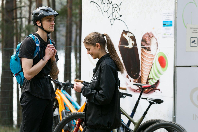 Greta ir Tomas ežerų pakrantėmis dvi dienas keliavo dviračiais. Maršrutas driekėsi ir per Mindūnus.<br>T.Bauro nuotr.