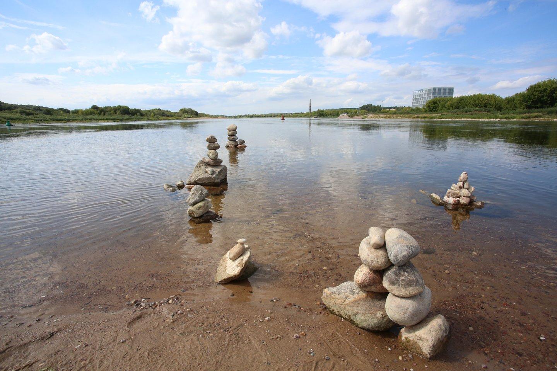 Santakoje esantis kyšulys praėjusiais metais virto akmeninių skulptūrų parku. Šįmet potvynis akmenis nusinešė.<br>M.Patašiaus nuotr.