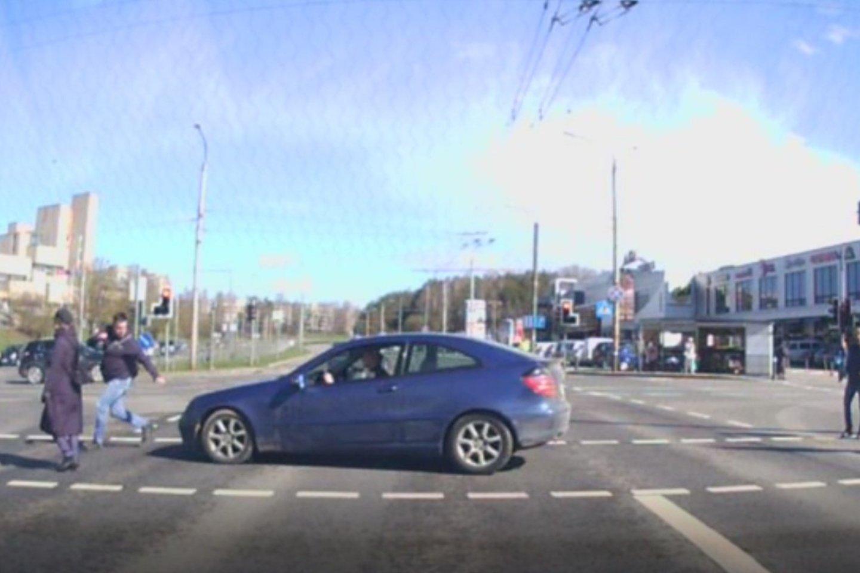 Automobilio markė ir spalva sutampa su vėliau persekioto automobiliu, sutampa ir vairuotojo išvaizda su sulaikyto įtariamojo išvaizda.<br>Stop kadras iš vaizdo medžiagos