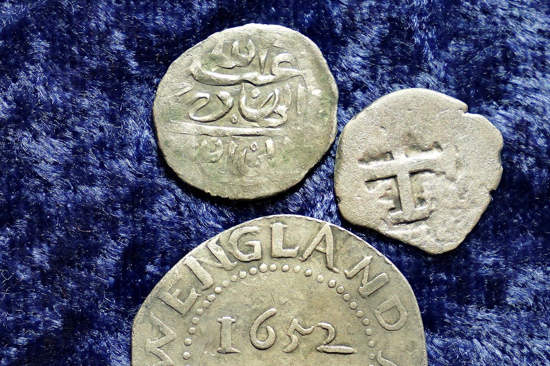 Sauja arabiškų sidabrinių monetų, rastų Naujojoje Anglijoje (JAV), gali būti paskutinės išlikusios istorijoje žinomiausio piratų užpuolimo relikvijos.<br>AP / Scanpix nuotr.