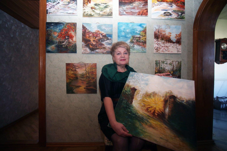 Dainininkėsnamų sienos nukabinėtos pačios tapytais peizažais, natiurmortais, portretais.<br>M.Patašiaus nuotr.