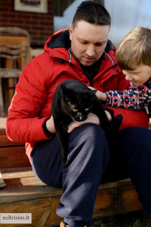 """""""Su kiekviena diena vaikai vis labiau džiaugėsi, kad niekas jo neieško, ir po poros savaičių katinas gavęs Rudolfo vardą tapo mūsų"""", – apie karališko, Rudolfo Valkatėlės Jaunesniojo, vardo augintinį sako Alamanė.<br>P.Butkienės nuotr."""