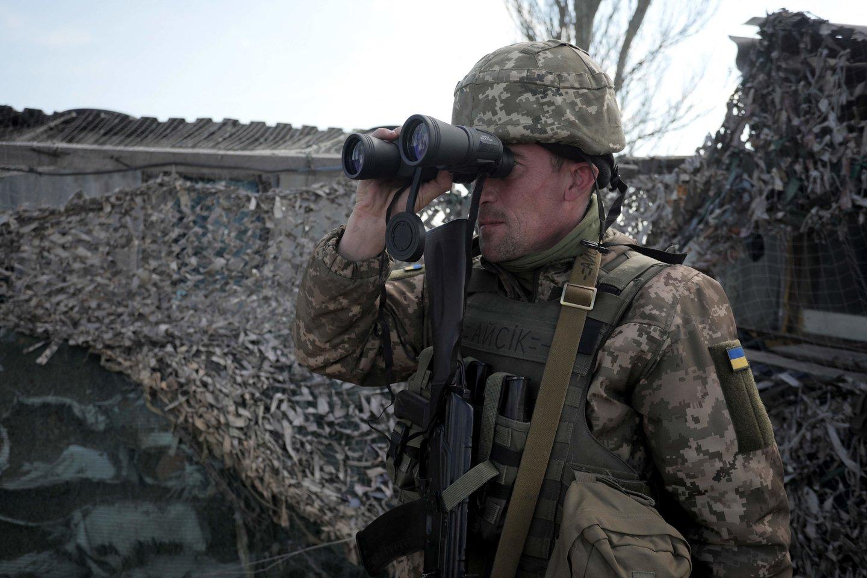 Rytų Ukrainoje sprogus pakelės bombai žuvo vyriausybės pajėgų karys, dar trys sužeisti. <br>AFP/Scanpix nuotr.