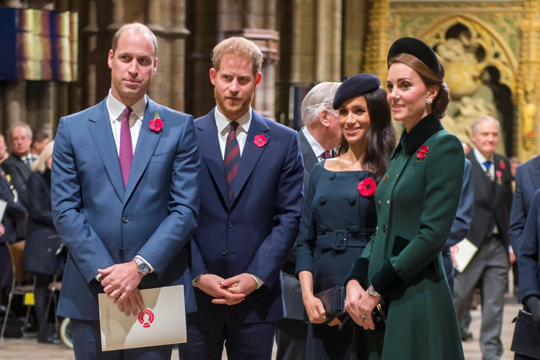 Iš kairės: princai Williamas, Harry ir jų žmonos Meghan Markle bei Catherine Middleton.<br>Scanpix nuotr.