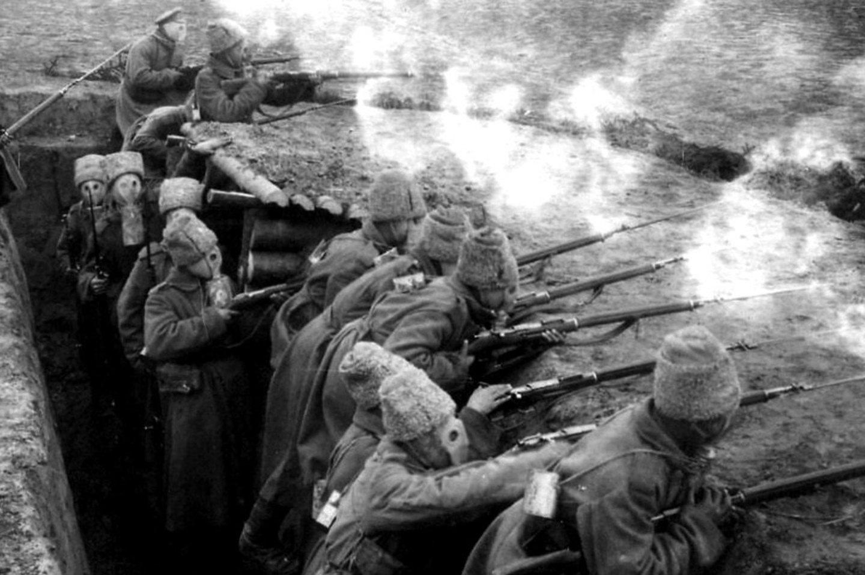 Rusų kariai per dujų ataką.<br>Leidėjų nuotr.