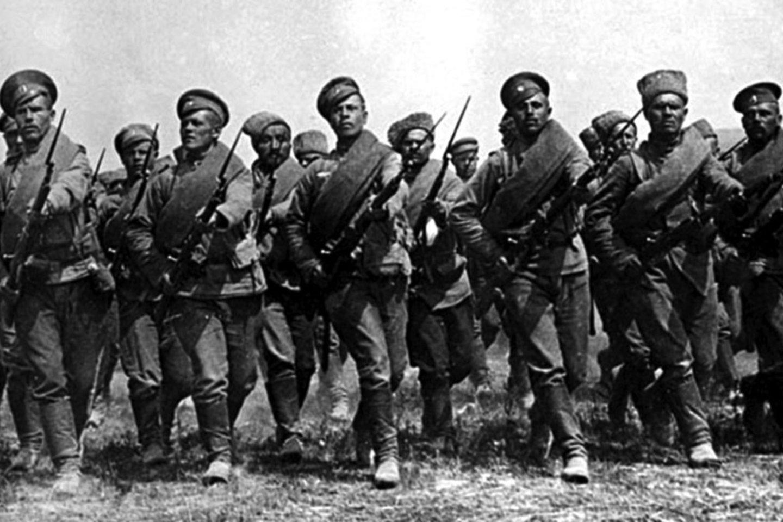 Rusų kariuomenės pratybos su atkištais durtuvais.<br>Leidėjų nuotr.