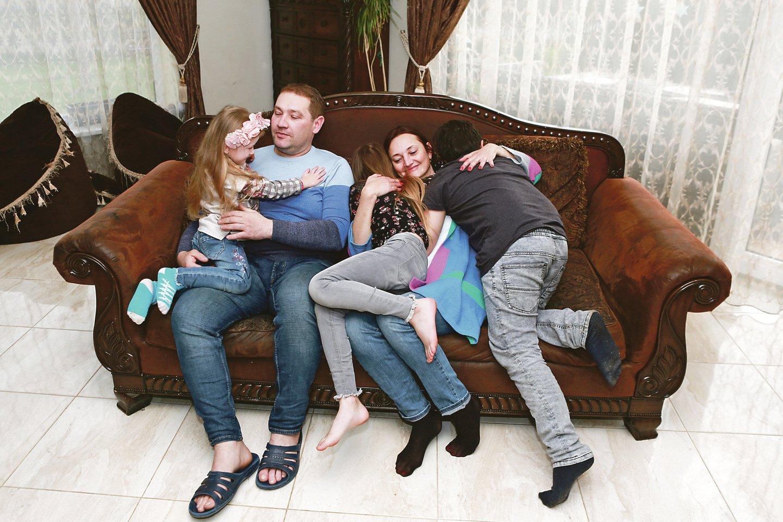 O. ir G.Maksvyčiai įsivaikino tris vaikus – Dominyką, Mingailę ir Inesą. Karantino metu šeima ištvėrė nemažai išbandymų, nes griuvo įprastas gyvenimo ritmas.<br>G.Bitvinsko nuotr.