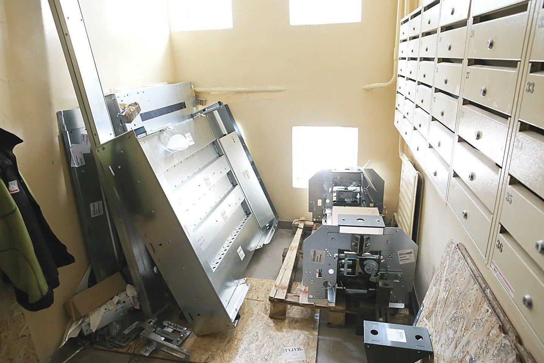 Lifto montavimo darbai devintajame namo aukšte prasidėjo praėjusią savaitę.<br>T.Bauro nuotr.