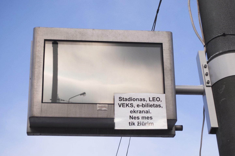 Ukmergės autobusų stoties vadovai nusprendė, kad informaciją keleiviams geriau pateikti ne šiuolaikiškose švieslentėse, o popieriaus lapuose.<br>V.Ščiavinsko nuotr.