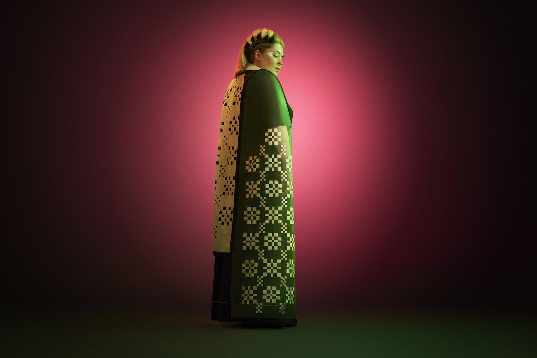 Dovilė Filmanavičiūtė pristato Vidos Strasevičiūtės (Upcycled by LT) kurtą kostiumą, įkvėpta muziejaus etnografinės ekspozicijos.<br>O.Točickaja (OKTO Photography) nuotr.