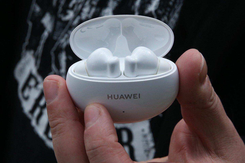 """""""Huawei"""" šiemet pristatė jau ketvirtos kartos išmaniąsias ausines – """"FreeBuds 4i"""".<br>R. Danisevičiaus nuotr."""