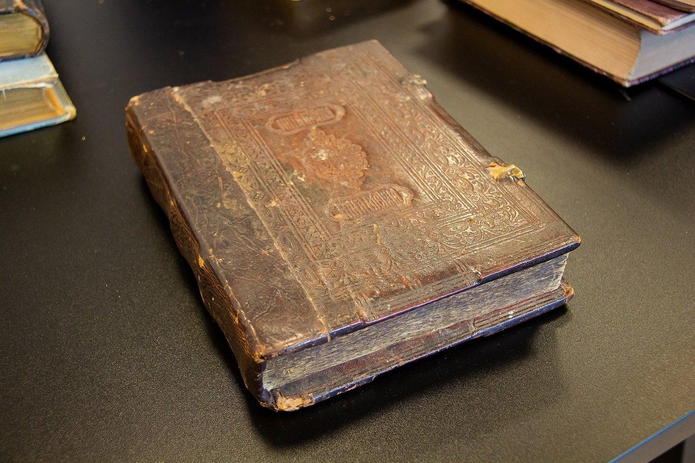 Seniausia knyga. Kauno Vinco Kudirkos viešojoje bibliotekoje rastas senovinių knygų lobis.<br>Bibliotekos archyvo nuotr.