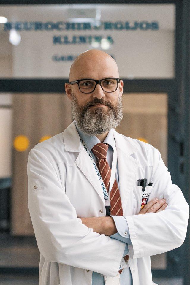 Gydytojas neurochirurgas A.Radžiūnas neabejoja, kad gama peilis atvėrė stulbinančių galimybių sėkmingai gydyti sunkiai sergančius pacientus.<br>Kauno klinikų nuotr.