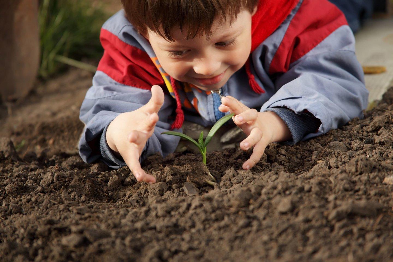 Su vaikais apie dirvožemį reikia kalbėtis nuo mažumės.<br>123rf nuotr.