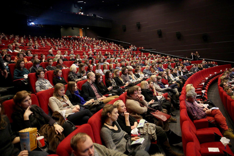 Kino teatrai itin pasiilgti prekybos centrų lankytojų, visi suskubo pirkti bilietus.<br>R.Danisevičiaus asociatyvi nuotr.