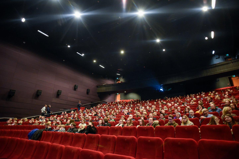 Kino teatrai itin pasiilgti prekybos centrų lankytojų, visi suskubo pirkti bilietus.<br>D.Umbraso asociatyvi nuotr.
