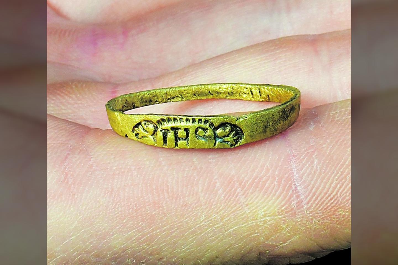 """Aptiktas žiedas pagamintas iš vario lydinio, manoma, vyriškas – gana gerai išsilaikęs, archeologams pakaks jį tik nuvalyti.<br>D. Šypalio / """"Pajūrio naujienų"""" nuotr."""