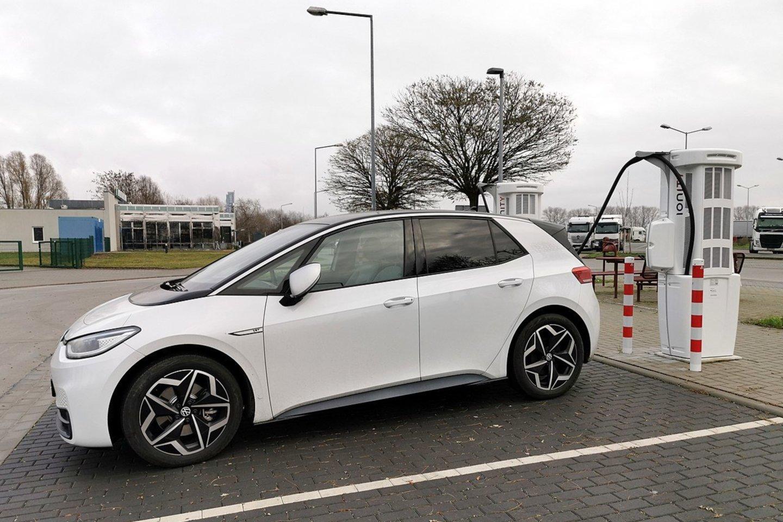Kartais elektromobilių vairuotojai sulaukia ir agresyvių ženklų kelyje.<br>commons.wikimedia.org nuotr.