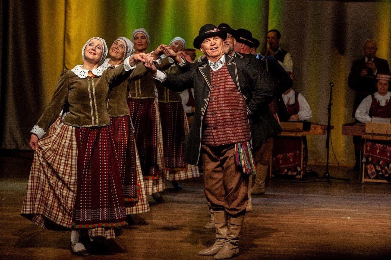 """Kauno r. Ežerėlio kultūros centro liaudiškų šokių ansamblis """"Rasa"""" tapo laureatu senjorų kategorijoje."""