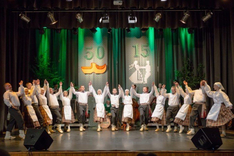 """Punsko lietuvių kultūros namų tautinių šokių grupė """"Vyčiai""""."""