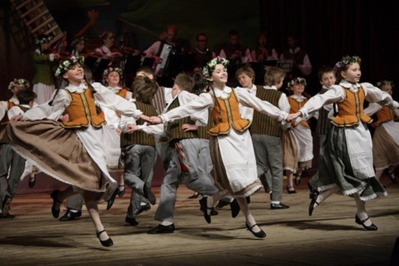 """Utenos kultūros centro šokių ir dainų ansamblis """"Vieversa""""."""
