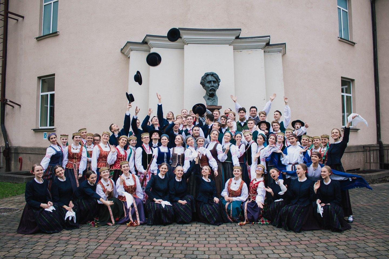 Vilniaus universiteto dainų ir šokių ansamblis.