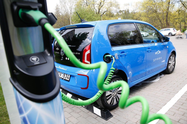 Aplinkos ministerija numato padidinti Klimato kaitos programos kompensacines išmokas gyventojams už įsigytą elektromobilį.<br>T.Bauro nuotr.