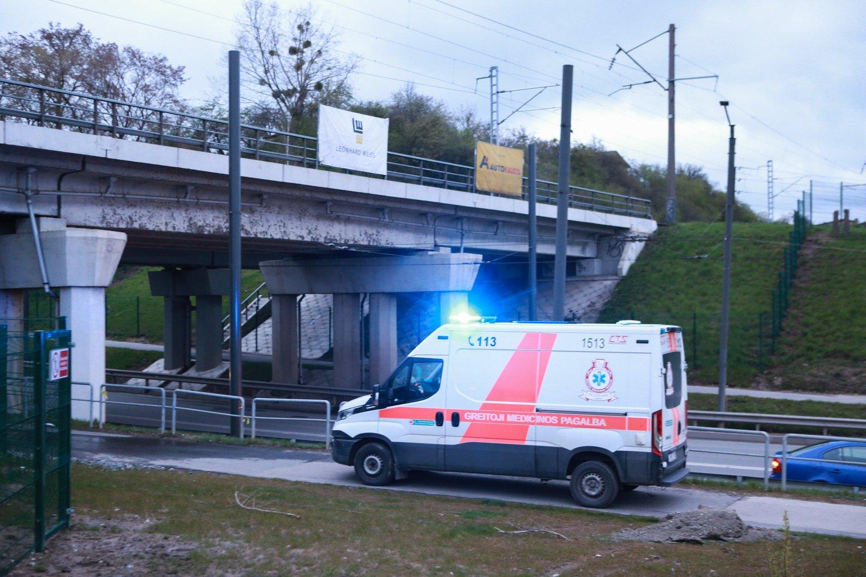Penktadienio vakarą Kaune traukinys partrenkė merginą.<br>G.Bitvinsko nuotr.