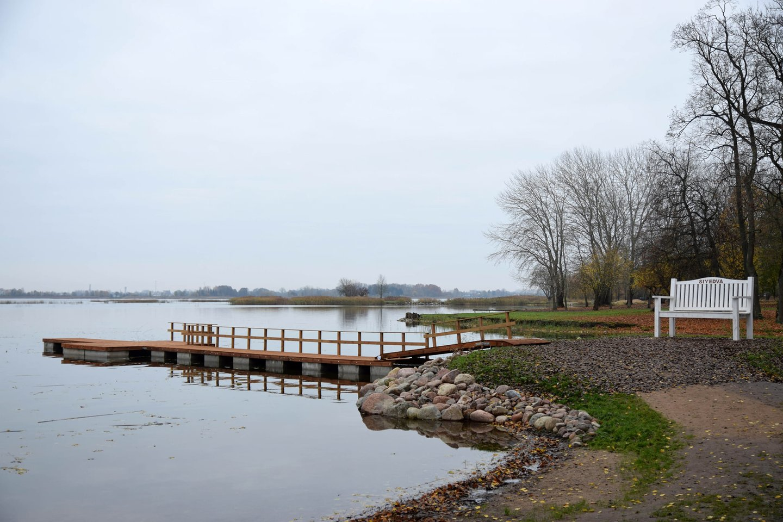Paežerių dvaro lankytojams praėjusiais metais prie ežero buvo įrengtas tiltelis ir suolai.<br>K.Inkratos nuotr.