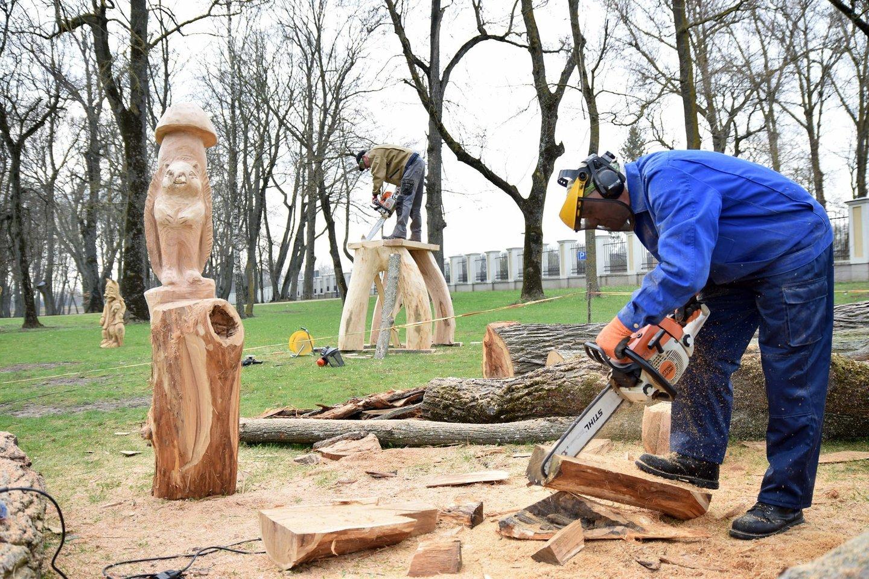"""Tautodailininkai J.Videika ir A.Lastauskas Paežerių dvare vykusiame plenere """"Pasakos atgyja"""" kūrė skulptūras vaikams."""