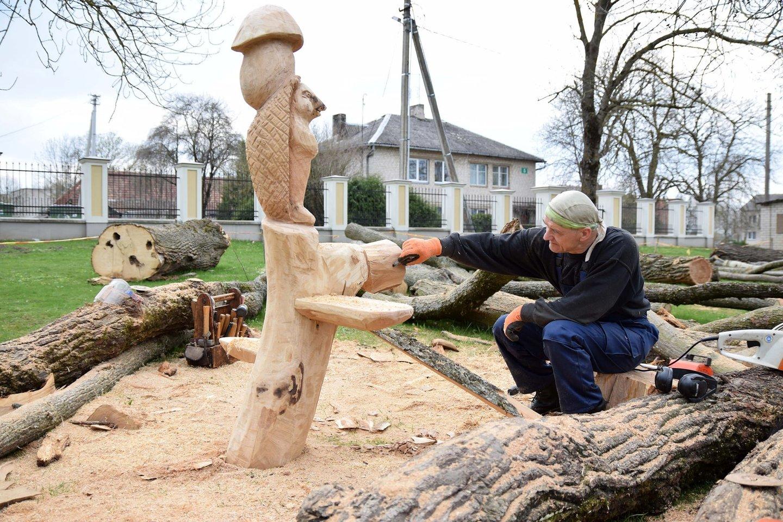 """Tautodailininkai J.Videika ir A.Lastauskas Paežerių dvare vykusiame plenere """"Pasakos atgyja"""" kūrė skulptūras vaikams.<br>K.Inkratos nuotr."""