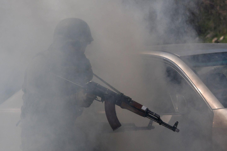 Kirgizija šeštadienį apkaltino Tadžikistaną paliaubų pažeidimais apšaudant namus ir pareiškė, kad 33 kirgizų žuvo per pasienio susirėmimus.<br>AFP/Scanpix nuotr.