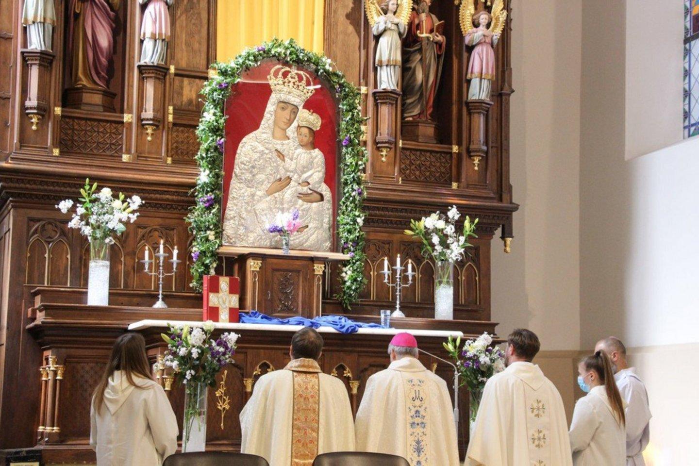 Švč. Mergelės Marijos su kūdikiu ant rankų paveikslas sugrįžo į Krekenavos baziliką po restauracijos.<br>Organizatorių nuotr.