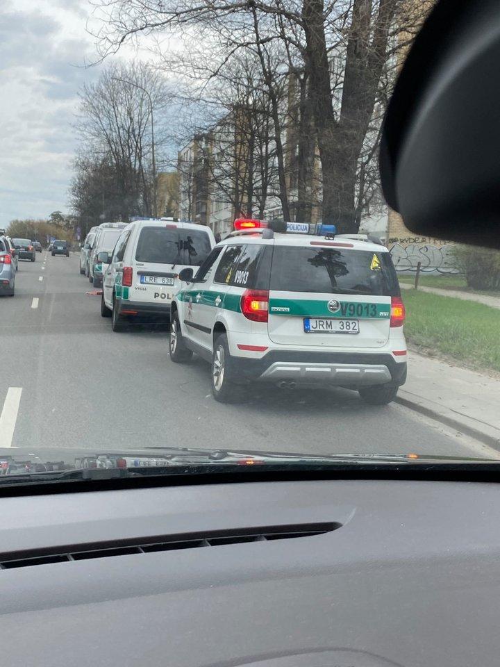 Penki policijos pareigūnų ekipažai sekmadienį sostinėje netoli Vingio parko blokavo du automobilius BMW.<br>Lrytas.lt skaitytojo nuotr.