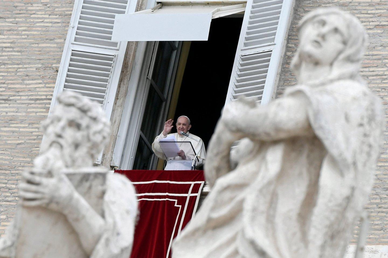 """Popiežius Pranciškus šeštadienį Šv. Petro bazilikoje Vatikane dalyvaujant maždaug 150 tikinčiųjų pradėjo mėnesį truksiantį maldų dėl greitesnės pandemijos pabaigos """"maratoną"""".<br>AFP/Scanpix nuotr."""