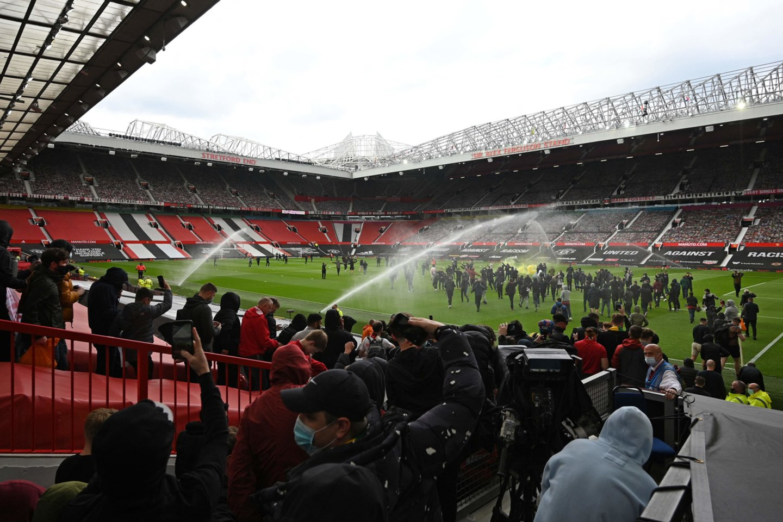 Sirgaliai įsiveržė į stadioną.<br>AFP/Scanpix nuotr.