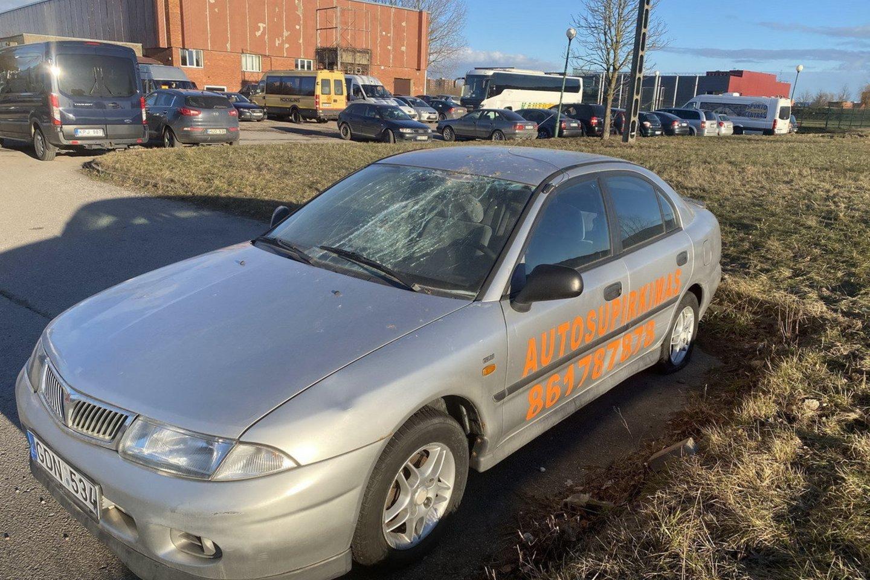 Kelerius metus stovinčios kelios dešimtys senų automobilių su reklaminiais užrašais ėmė siutinti klaipėdiečius.<br>www.ve.lt nuotr.